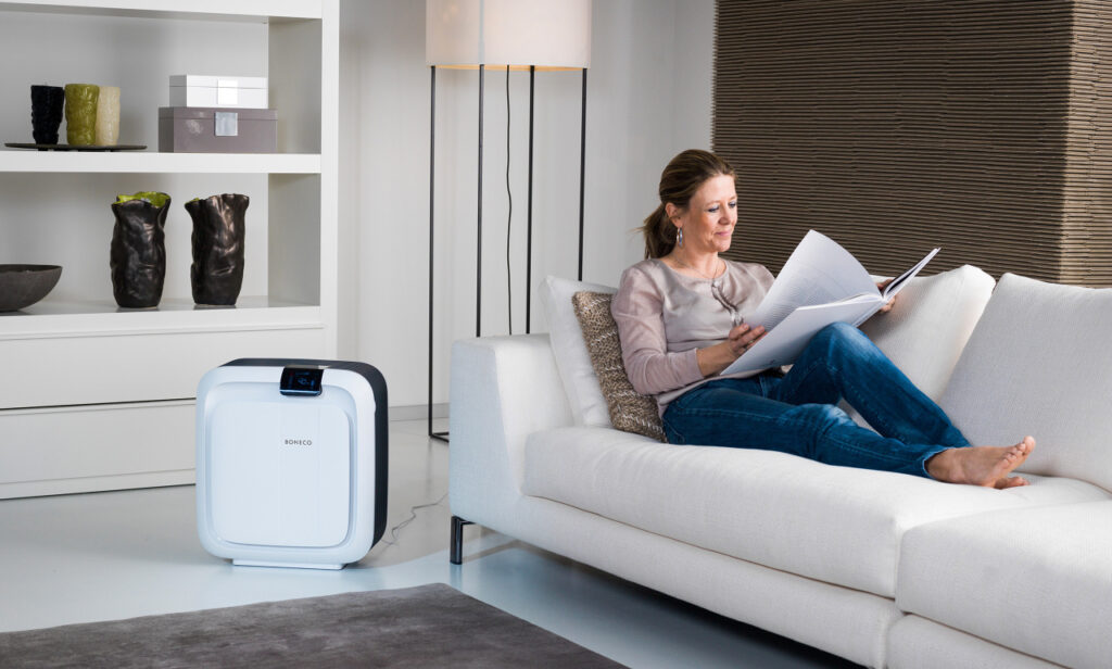 oczyszczacz powietrza z nawilżaczem w salonie